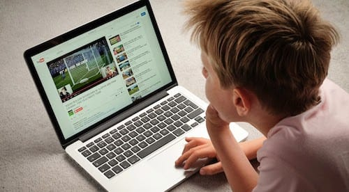 طفل يستخدم الماك لمشاهدة فيديو على اليوتوب