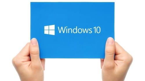 يد تحمل قصاصة عليها شعار Windows 10