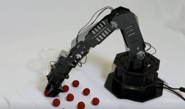ذراع روبوت قادر على التصور الذاتي وإصلاح وإعادة برمجة نفسه